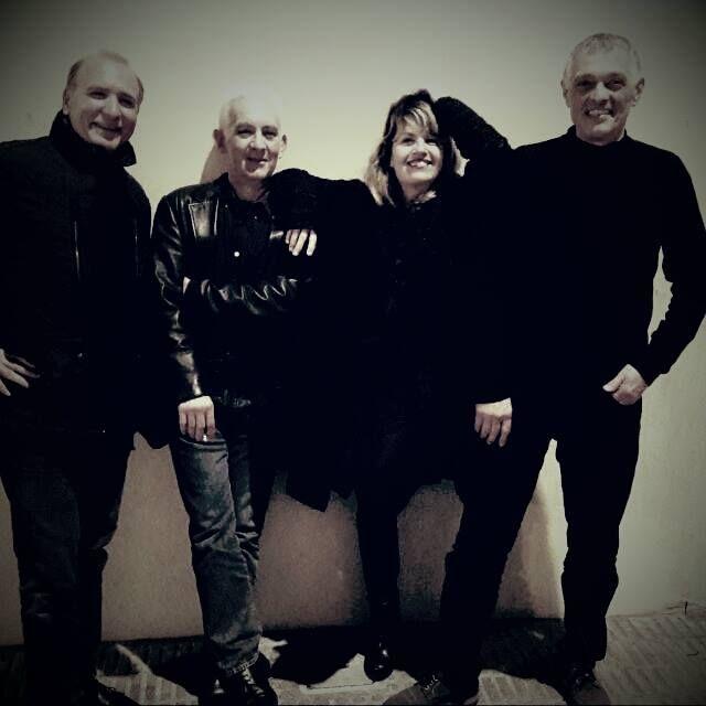 QDART és un quartet format per piano i veu (Francesca Artigues), guitarra (Joan Oliver), bateria (Joan Toni Roig) i contrabaix (Ginés Valverde).